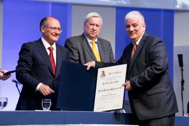 Governador de SP entrega prêmio a professor da ESALQ